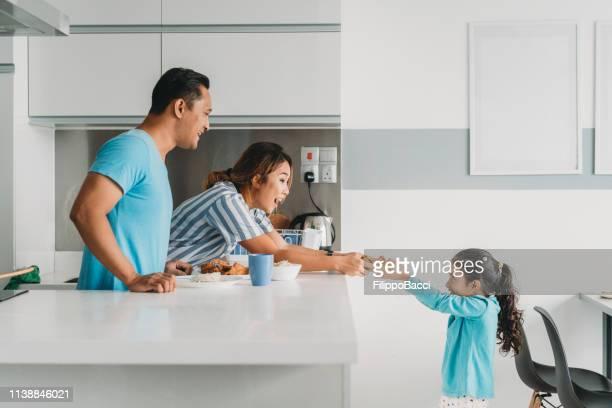 familia cariñosa preparando el almuerzo en casa - pase fotografías e imágenes de stock