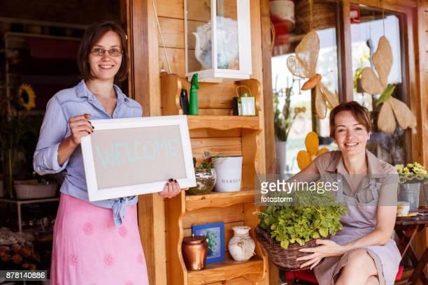 liebevolle floristen - monat stock-fotos und bilder
