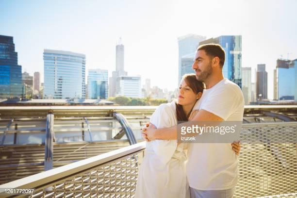 afectuosa pareja madura por la mañana - izusek fotografías e imágenes de stock