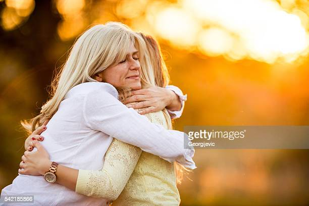 affectionate moment - omarmd stockfoto's en -beelden