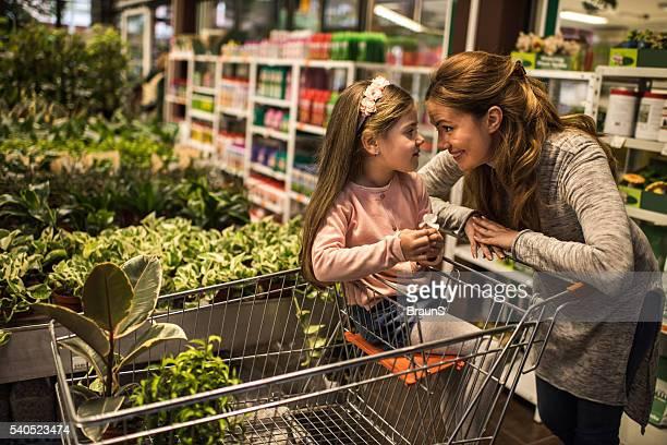 Affectueux Mère et sa fille, communiquer dans une serre.