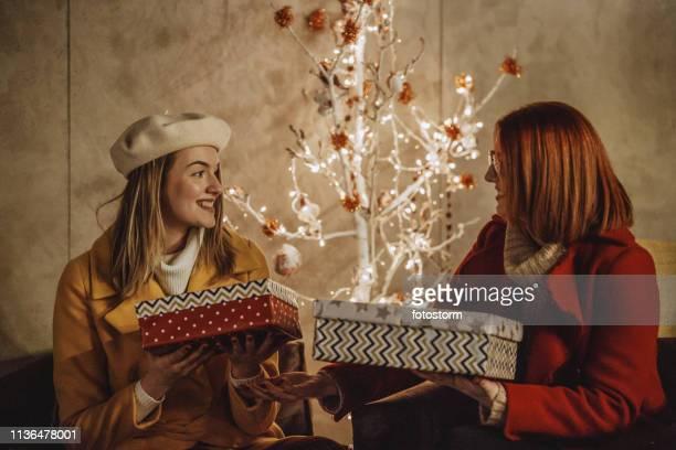 愛情の母と娘の贈り物を交換