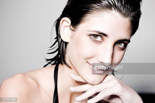 affettuoso ritratto di un sorridente giovane donna - effetti fotografici foto e immagini stock