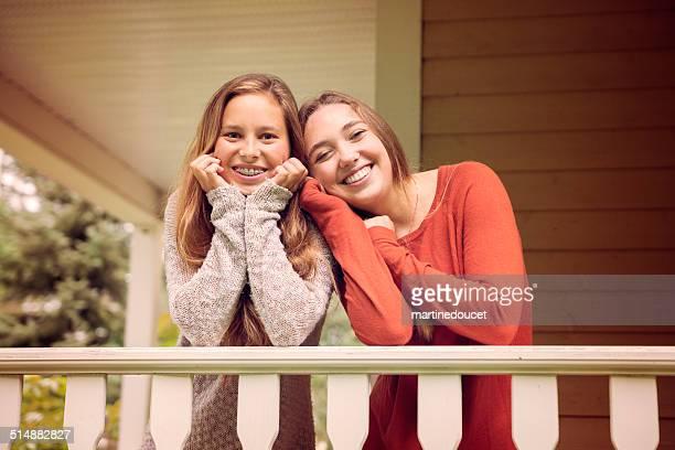 """優しい 10 代の女性どうしで、秋の家のベランダます。 - """"martine doucet"""" or martinedoucet ストックフォトと画像"""