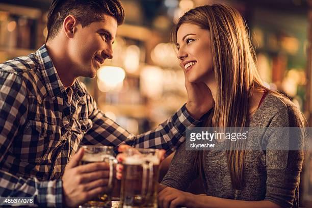 Cariñoso joven Pareja en el bar.