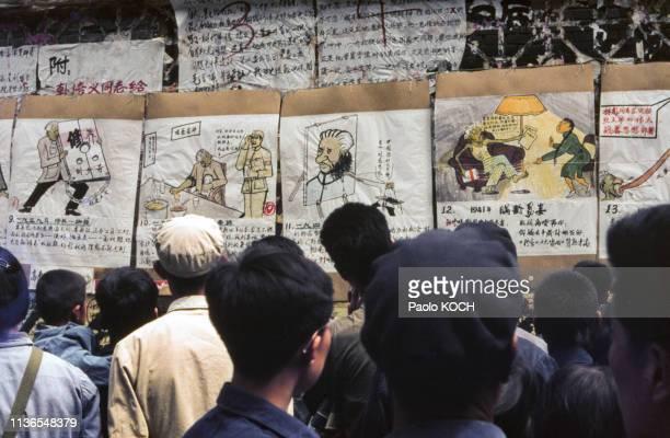 Affichage de dazibao sur le mur de la démocratie à Pékin en 1979 Chine