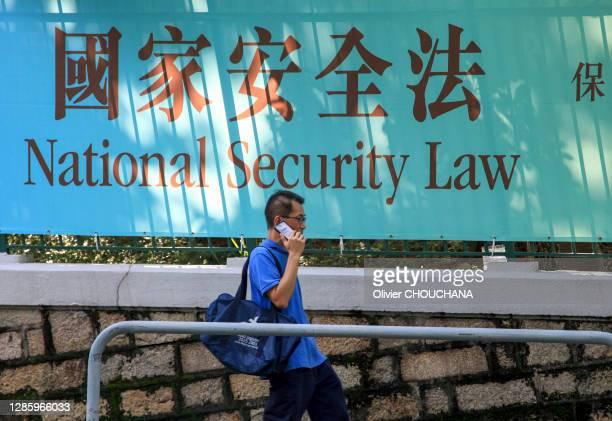 """Affiche annonçant la nouvelle loi de """"Sécurité Nationale"""" dans le quartier d'Admiralty le 14 août 2020, Hong Kong, Chine."""