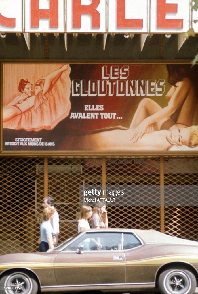 Affiches de films pornos à Paris : Photo d'actualité