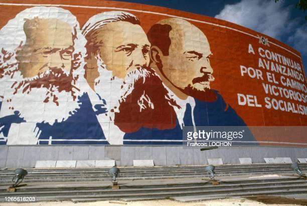 Affiche monumentale représentant Karl Marx, Friedrich Engels et Vladimir Ilitch Lénine en janvier 1979 lors de l'anniversaire de la révolution à Cuba