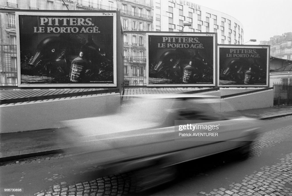 Affiche publicitaire dorée à Paris en 1983 : News Photo