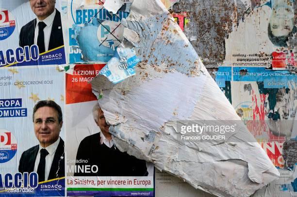 Affiches arrachées sur un panneau électoral pour la campagne des élections européennes de 2019 à Palerme le 14 mai 2019, Italie.