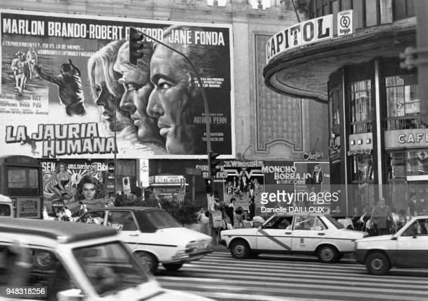 Affiches de films sur la Gran Via à Madrid en Espagne en 1985
