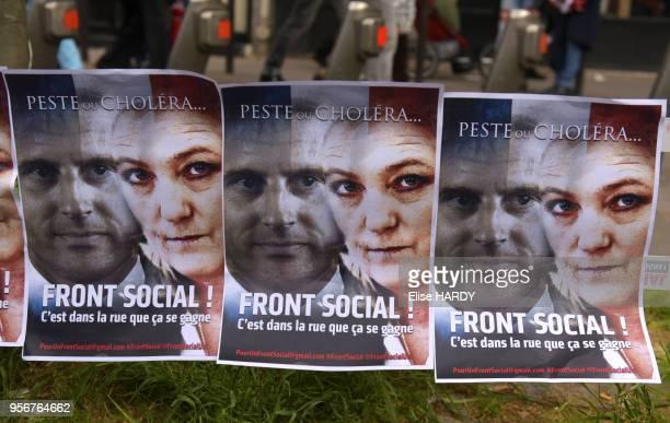 Affiches représentant Emmanuel Macron et Marine Le Pen avec l'inscription 'Peste ou Choléra Front social' lors de la manifestation antiLe Pen le 1er...