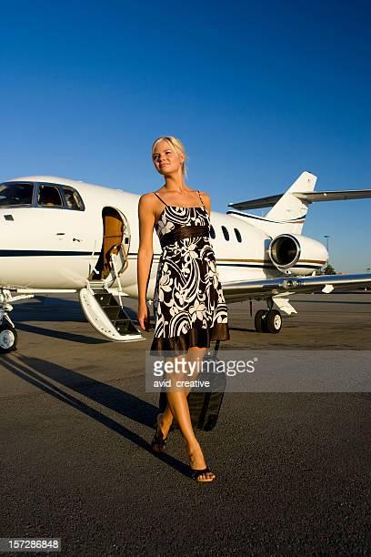La adinerada viajar-Mujer bella llegar al aeropuerto