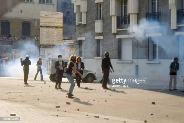 Affrontements entre forces de l'ordre et étudiants durant les évènements de Mai 68 à Paris France
