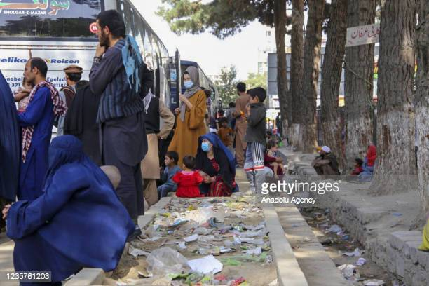 Afghan families who were displaced due to the clashes between the Taliban and the security forces of the former government and took shelter in parks...