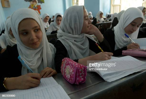 Afghan girls study during a lesson at a school in Herat province on October 17 2017 / AFP PHOTO / HOSHANG HASHIMI