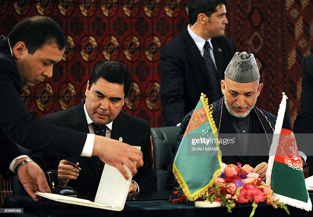 Afghan President Hamid Karzai (R) and hi : News Photo