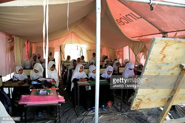 TOPSHOT Afghan schoolgirls study in a UNICEF tent used as a classroom in Kandahar province on November 27 2016 / AFP / JAVED TANVEER