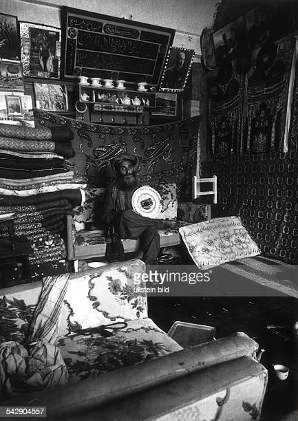 Afghane in seiner reich ausgestatteten Wohnung in Herat an der Wand hängt ein Portrait von König Zahir 1974