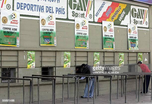 Aficionados compran sus entradas en las boleterias del estadio Hernando Siles de La Paz el 07 de octubre de 2005 para el partido de Bolivia contra...