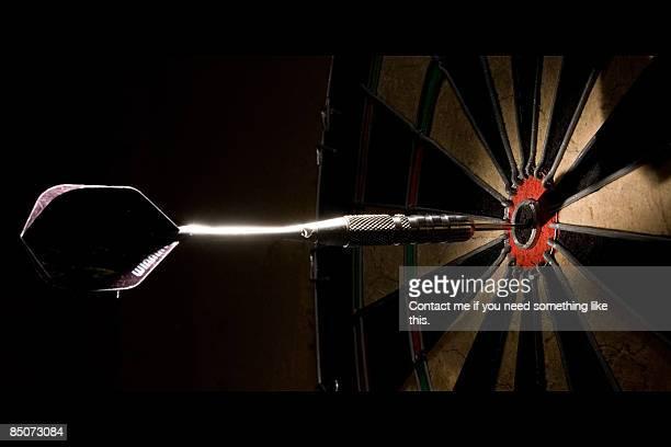 afinando la puntería - dart stock pictures, royalty-free photos & images