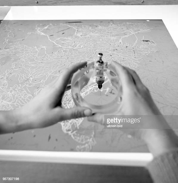 Afrbeiten an einer Landkarten im VEB Hermann Haack Geographisch-Kartographische Anstalt Gotha, undatiertes Foto von 1981.