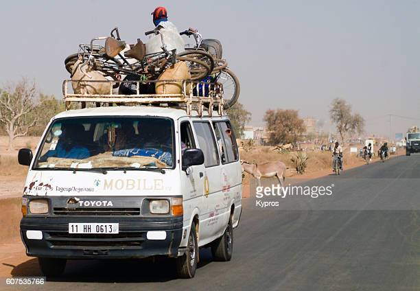 africa, burkina faso, view of african taxi with people sitting on roof (year 2007) - 40 year old black man - fotografias e filmes do acervo