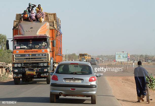 africa, burkina faso, view of african truck with people sitting on roof (year 2007) - 40 year old black man - fotografias e filmes do acervo