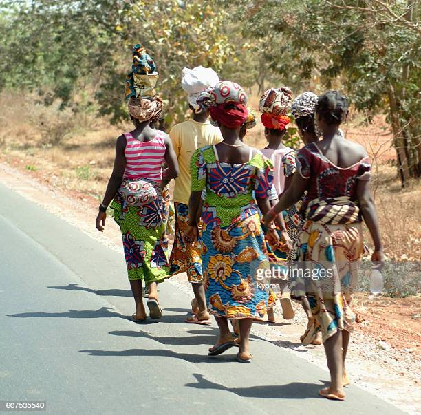 africa, burkina faso, view of woman walking carrying objects on head (year 2007) - ブルキナファソ ストックフォトと画像