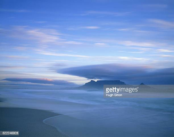 africa, capetown, coast with table mountain in the background - hugh sitton fotografías e imágenes de stock