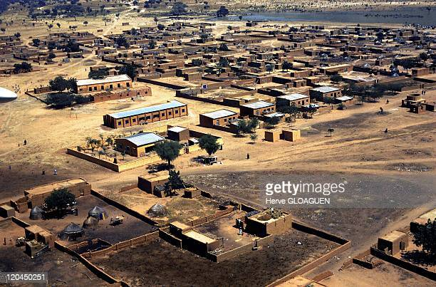 Africa in Boni, Mali - In this neighbouring village of Bandiagara and the Dogon country the Solidarity air raid financed the construction of a school.