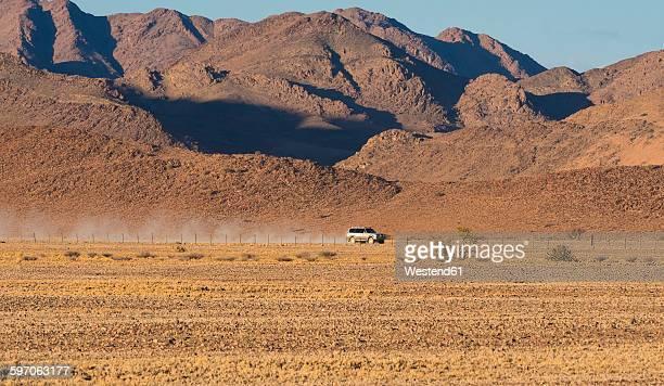 africa, namibia, namib desert, landrover in kulala wilderness reserve - nature reserve stockfoto's en -beelden