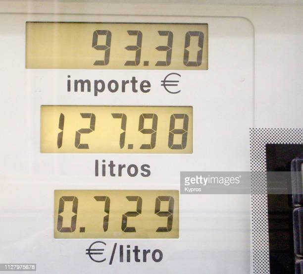 africa, north africa, ceuta, (spanish enclave surrounded by morocco), 2007: view of diesel fuel price (0.73 euro cents per litre). - financiële cijfers stockfoto's en -beelden