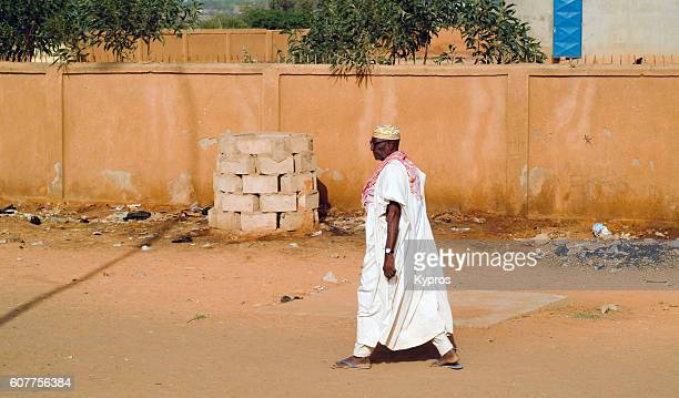 africa, north africa, niger, view of elderly muslim man walking (year 2007) - 40 year old black man - fotografias e filmes do acervo