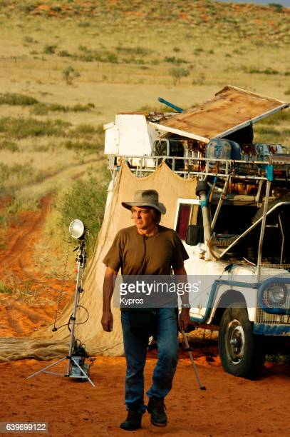 africa, south africa, kalahari desert, view of explorer and photographer with expedition vehicle (year 2009) - reportage foto e immagini stock