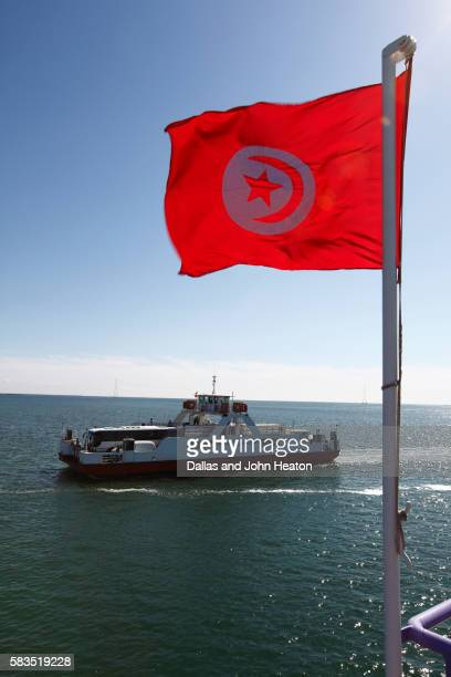 africa, tunisia, gulf of gabes, automobile ferry crossing from ajim on djerba island to jorf, tunisian flag - drapeau tunisien photos et images de collection