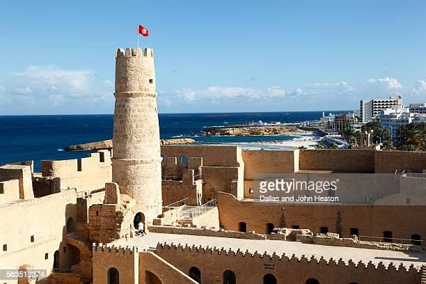 africa, tunisia, mediterranean sea, monastir, ribat, fortress - drapeau tunisien photos et images de collection