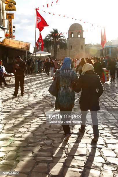 africa, tunisia, sousse, place des martyrs, walking street to the medina - drapeau tunisien photos et images de collection