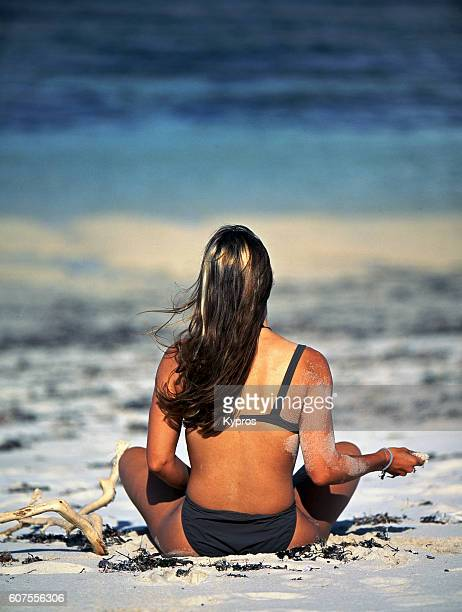 africa, view of africa, east africa, kenya, view of caucasian woman wearing bikini on beach (year 2000) - fanny pic fotografías e imágenes de stock