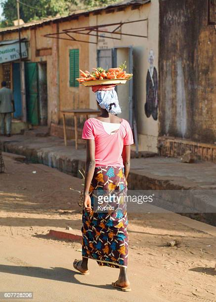 africa, west africa, mali, view of woman walking carrying things on head (year 2007) - femme mali photos et images de collection