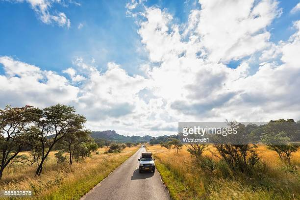 africa, zimbabwe, matobo national park, jeep with roof tent on the road - ジンバブエ ストックフォトと画像