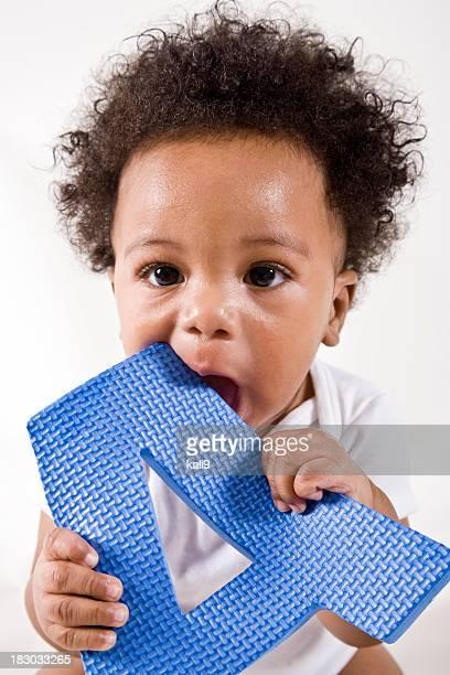 Americano africano bebê brincando com A letra A