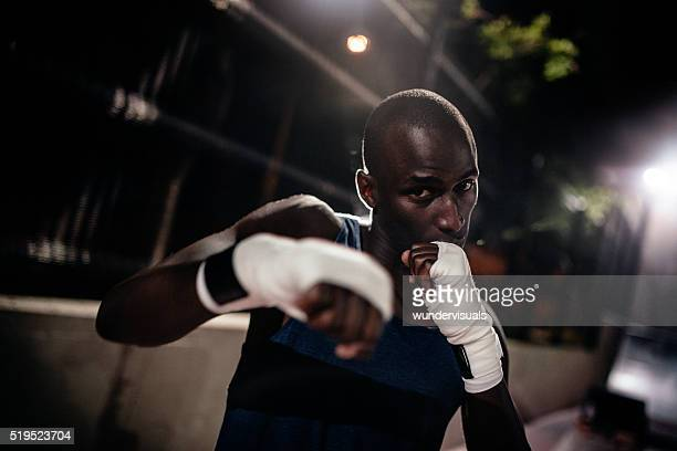 Athlète afro-américain de boxe boxe en direction de la caméra