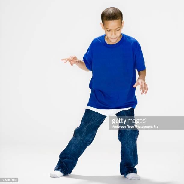 african american boy dancing - un seul petit garçon photos et images de collection