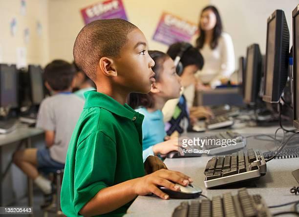 garoto americano africano usando computadores em sala de aula - mouse de computador - fotografias e filmes do acervo