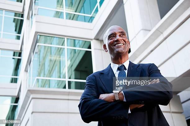 Afrikanisch-amerikanischen Geschäftsmann vor Bürogebäude
