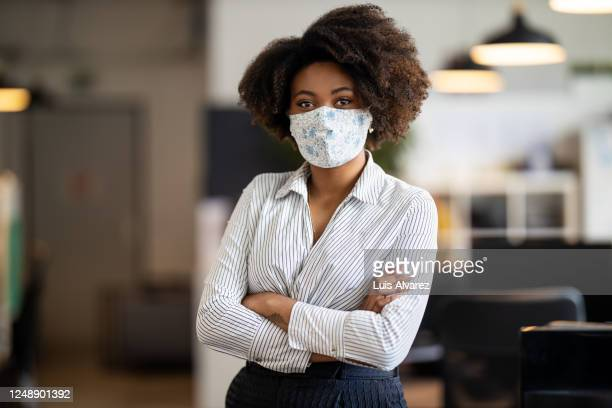 african american businesswoman back to work after covid-19 lockdown - coronavirus mask stock pictures, royalty-free photos & images