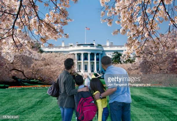 african american couple sightseeing at the white house - casa branca washington dc - fotografias e filmes do acervo