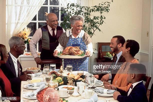 african american family enjoying thanksgiving dinner - african american family dinner - fotografias e filmes do acervo